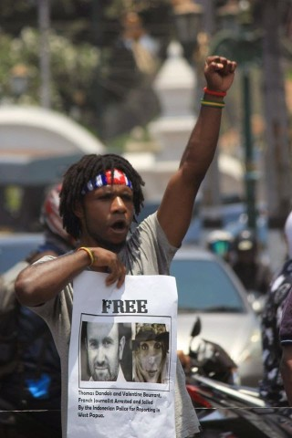 West-Papuan-protestor-calls-for-the-release-of-French-jounalists-detained-in-West-Papua