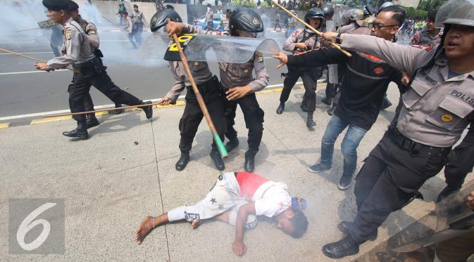 019201500_1448946829-20151201-Mahasiswa-Papua-Bentrok-dengan-Kepolisian-IA1