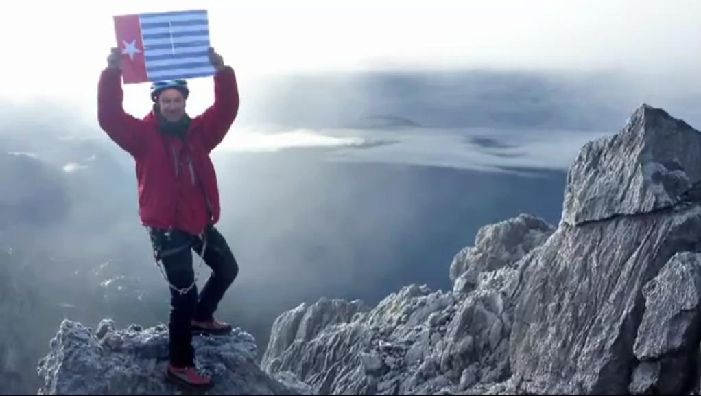 christian-welponer-a-world-famous-mountaineer-flies-the-morning-star-flag-on-the-peak-of-the-highest-mountain-in-west-papua-in-defiance-of-the-indonesian-authorities-2